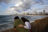 海を眺めるカップル 02265041052| 写真素材・ストックフォト・画像・イラスト素材|アマナイメージズ