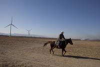 馬に乗る人と風車