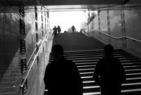 地上へと出る階段と人々のシルエット
