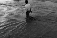 水の中を歩く男性