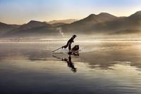足漕ぎで船を漕ぐ男性