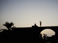 橋の上に建つ青年のシルエット