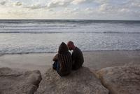 浜辺のカップル 02265041136| 写真素材・ストックフォト・画像・イラスト素材|アマナイメージズ