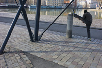 ウルク運河沿いでストレッチをする人