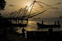 小型漁船と巨大な漁網