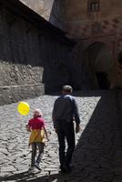 オラヴァ城下を歩く親子