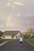 虹を眺める男性