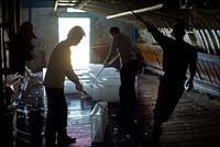 漁船用の氷を扱う人々