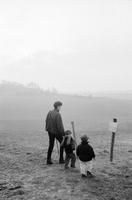 平原を散歩する親子