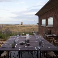 食事のセッティングが整ったテーブル