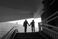 階段の上の中年カップルのシルエット 02265041263| 写真素材・ストックフォト・画像・イラスト素材|アマナイメージズ