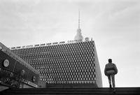 青年のシルエットと建築物