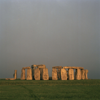 GB. ENGLAND. Wiltshire. Salisbury Plain. The Stonehenge World Heritage Site. The megalithic ruin is a series of earth, timber an 02265042770| 写真素材・ストックフォト・画像・イラスト素材|アマナイメージズ
