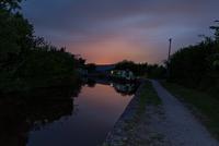 G.B. Wales. 2013. Narrowboat holiday in Brecon Canal. Dusk. 02265047527| 写真素材・ストックフォト・画像・イラスト素材|アマナイメージズ