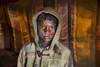 INDIA. February 2013. Hooded boy at Holi. 02265047547| 写真素材・ストックフォト・画像・イラスト素材|アマナイメージズ