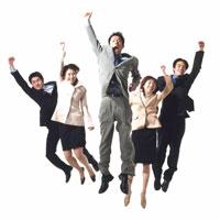 ジャンプする5人の日本人ビジネスマン&ウーマン