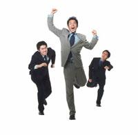 競争する3人の日本人ビジネスマン