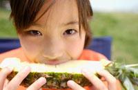 パイナップルを食べる女の子 02266001584B| 写真素材・ストックフォト・画像・イラスト素材|アマナイメージズ