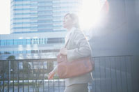 通勤中の日本人ビジネスウーマン
