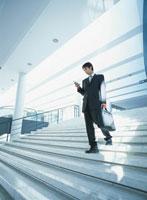 階段を下りる日本人ビジネスマン