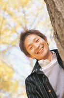 銀杏並木の日本人男性 02266001824| 写真素材・ストックフォト・画像・イラスト素材|アマナイメージズ
