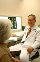 日本人の老人女性に説明をする中高年の男性医師