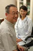 日本人の中高年男性と女性医師