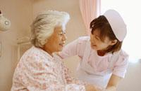 日本人老人女性患者を看護する日本人看護婦