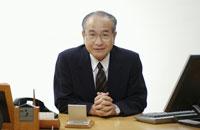 手を組む日本人中高年ビジネスマン