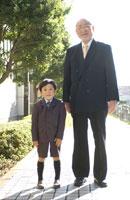 男の子と老人男性