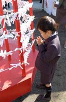 祈る男の子 02266005001| 写真素材・ストックフォト・画像・イラスト素材|アマナイメージズ