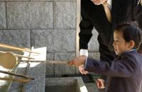 柄杓を手に取る男の子 02266005002| 写真素材・ストックフォト・画像・イラスト素材|アマナイメージズ