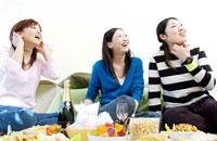 パーティをする女性3人 02266005366| 写真素材・ストックフォト・画像・イラスト素材|アマナイメージズ