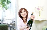 ボトルをあける女性