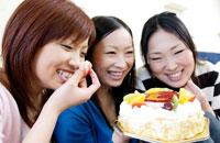 ケーキと3人の女性