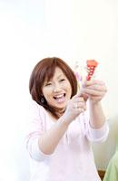 パーティーでクラッカーを鳴らす日本人女性