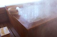 温泉の湯船と桶 02266005473| 写真素材・ストックフォト・画像・イラスト素材|アマナイメージズ