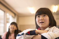 勉強する2人の日本人女子小学生