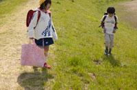 登下校する日本人の小学生の子どもたち