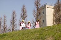 登下校する3人の日本人女子小学生 02266005949| 写真素材・ストックフォト・画像・イラスト素材|アマナイメージズ