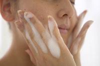 頬に手をあて泡立てて洗顔する日本人女性のアップ 02266006030| 写真素材・ストックフォト・画像・イラスト素材|アマナイメージズ