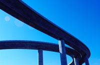 青空と都市のカーブした高速道路