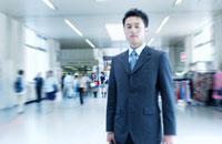 日本人のビジネスマンの通勤風景