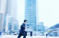 街中を走る日本人ビジネスマン