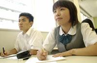 塾で勉強する日本人中学生達
