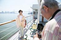 船の上で写真撮影をする中高年夫婦