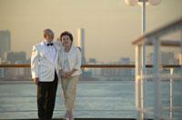 甲板に立つ中高年夫婦