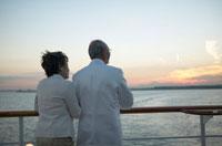 甲板に立つ中高年夫婦の後姿