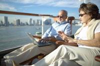 甲板で椅子に座る中高年夫婦