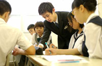 勉強する中学生達